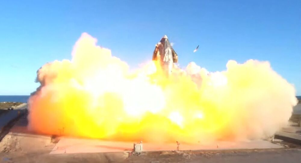 This SpaceX video frame grab image shows SpaceX's Starship SN8 rocket prototype crashing on landing at the company's Boca Chica, Texas facility during an attempted high-altitude launch test on December 9, 2020м