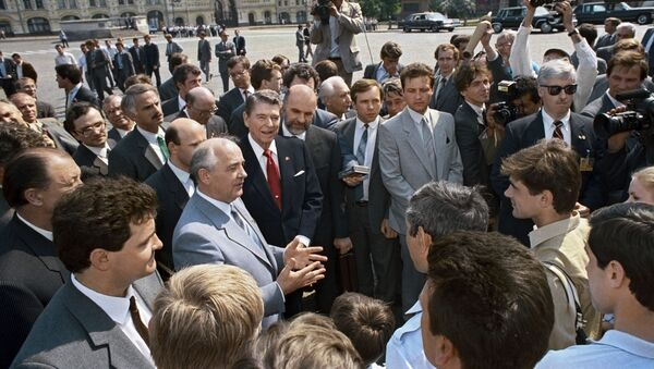General Secretary of the CPSU Central Committee Mikhail Gorbachev and US President Ronald Reagan talk to journalists on Red Square during the visit of the American delegation to Moscow. - Sputnik International