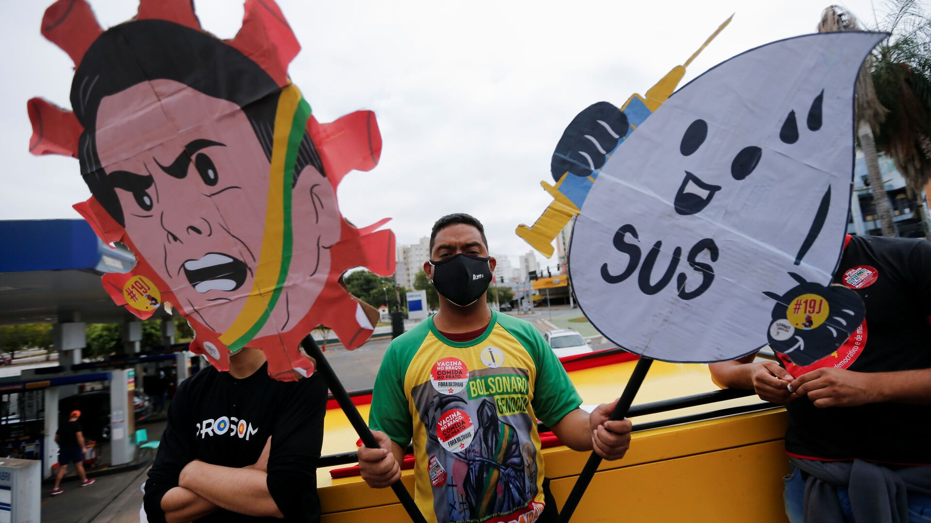 People participate in a protest against Brazil's President Jair Bolsonaro and his handling of the coronavirus disease (COVID-19) pandemic in Cuiaba, Brazil, June 19, 2021.  - Sputnik International, 1920, 13.09.2021