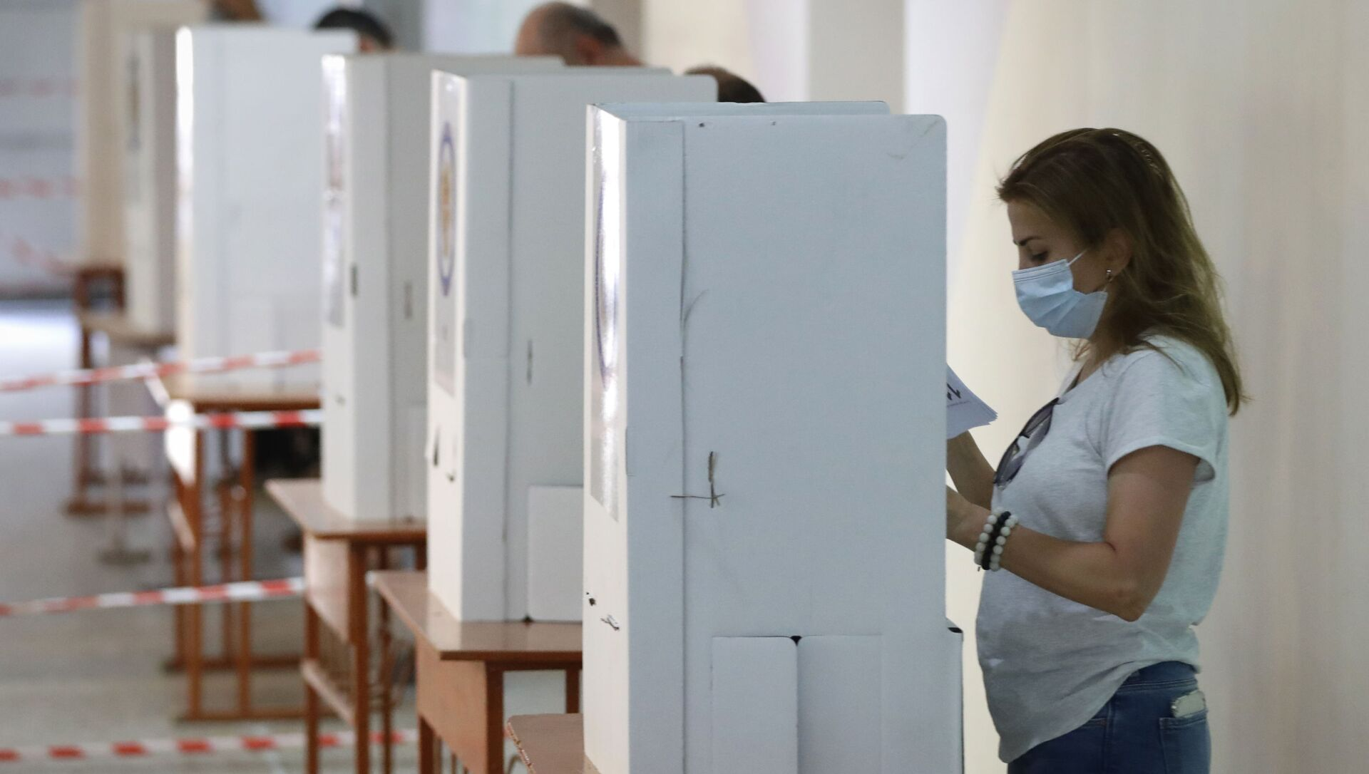 People read their ballot papers at a polling station during a parliamentary election in Yerevan, Armenia, Sunday, 20 June 2021. Armenians are voting in a national election after months of tensions over last year's defeat in fighting against Azerbaijan over the separatist region of Nagorno-Karabakh. - Sputnik International, 1920, 20.06.2021