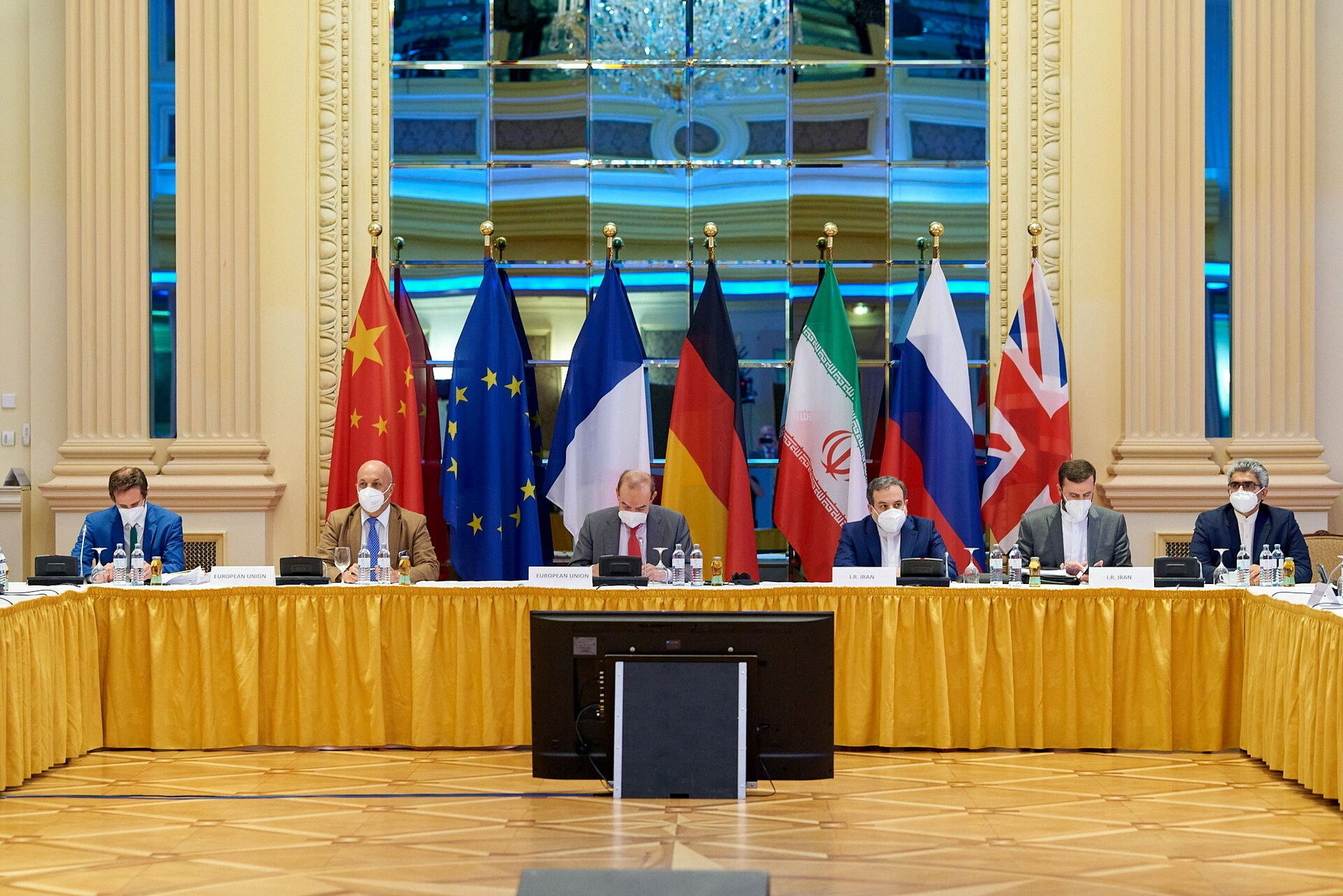 European External Action Service (EEAS) Deputy Secretary General Enrique Mora and Iranian Deputy at Ministry of Foreign Affairs Abbas Araghchi wait for the start of talks on reviving the 2015 Iran nuclear deal in Vienna, Austria June 20, 2021 - Sputnik International, 1920, 07.09.2021