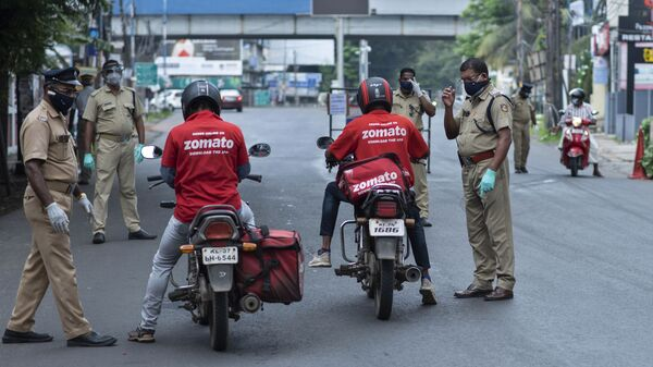 Policemen check the credentials of food delivery personnel during a lockdown imposed to curb the spread of coronavirus in Kochi, Kerala state, India, Saturday, May 8, 2021 - Sputnik International