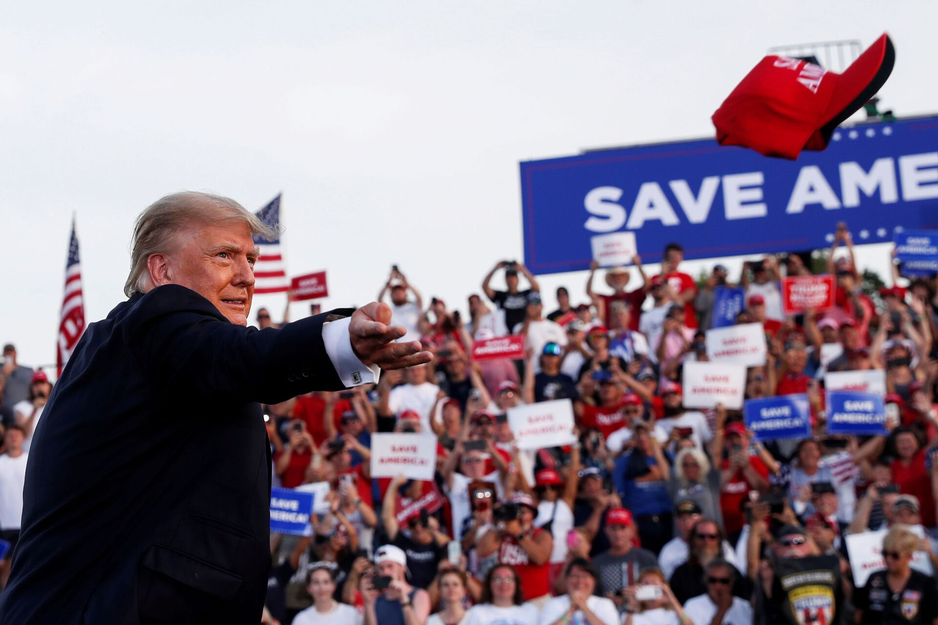 Former U.S. President Donald Trump tosses out a hat during his first post-presidency campaign rally at the Lorain County Fairgrounds in Wellington, Ohio, U.S., June 26, 2021 - Sputnik International, 1920, 07.09.2021