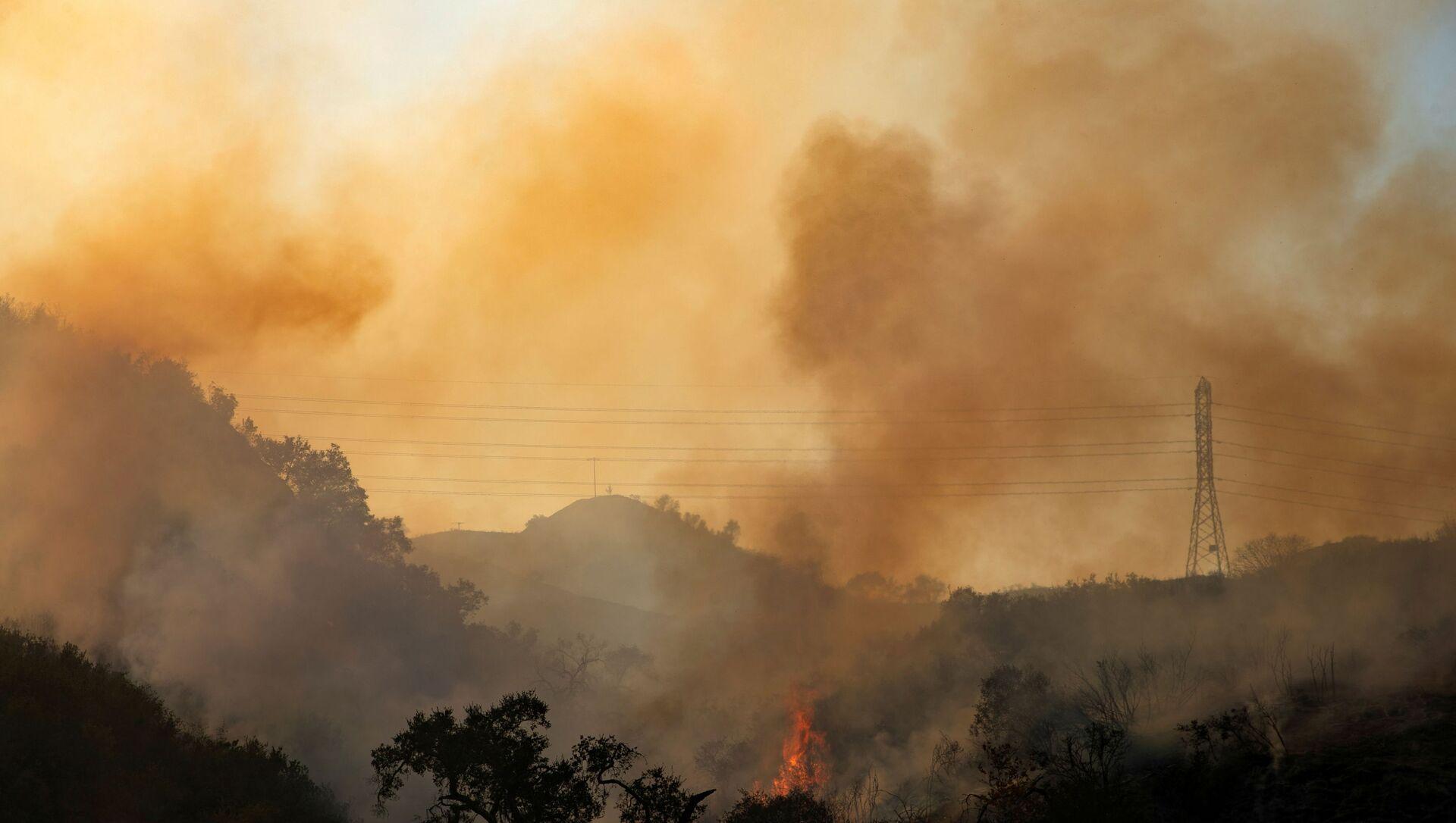 The Bond Fire wildfire continues to burn next to electrical power lines near Modjeska Canyon, California, U.S., December 3, 2020.   - Sputnik International, 1920, 30.06.2021