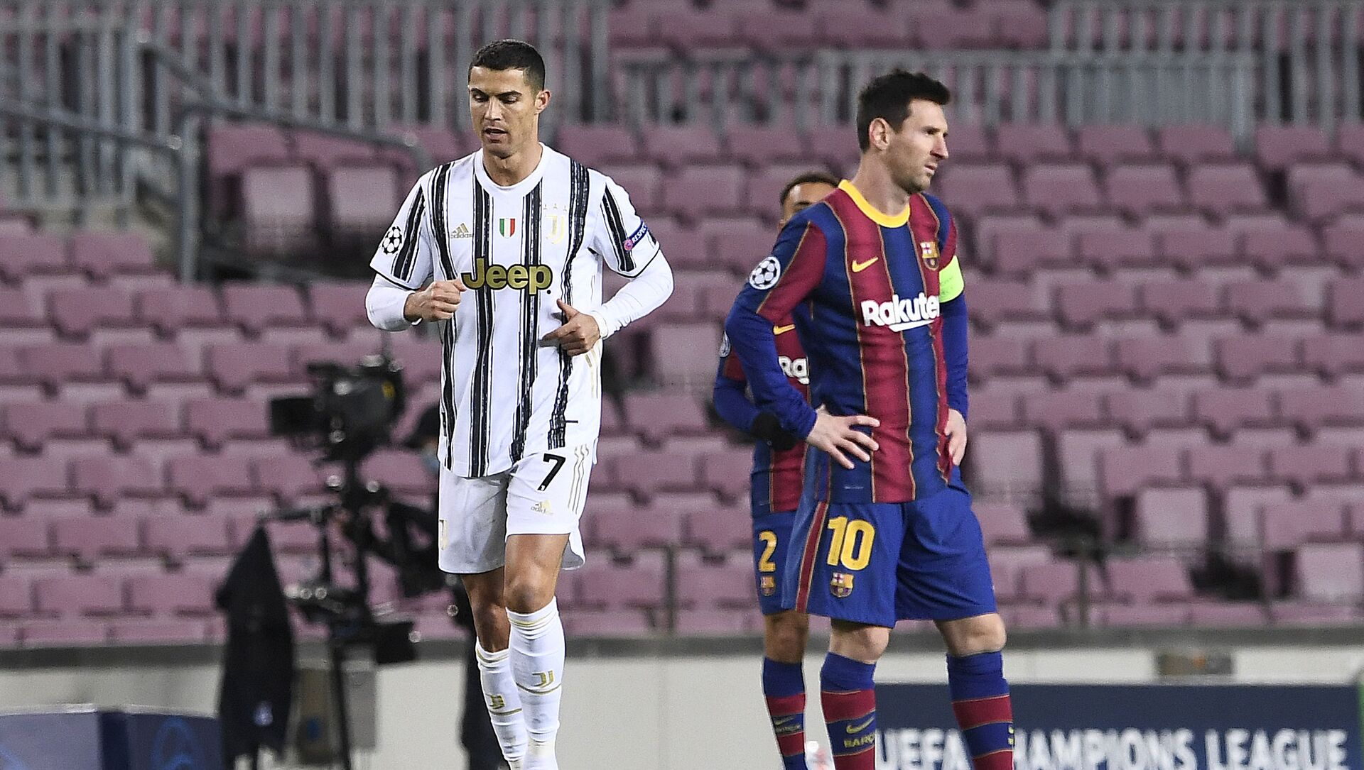 Juventus' Portuguese forward Cristiano Ronaldo (L) walks past Barcelona's Argentinian forward Lionel Messi during the UEFA Champions League group G football match between Barcelona and Juventus at the Camp Nou stadium in Barcelona on December 8, 2020 - Sputnik International, 1920, 24.07.2021