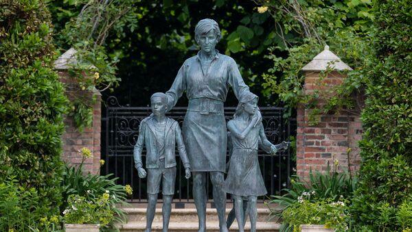 A statue of Britain's Princess Diana is pictured in the Sunken Garden at Kensington Palace, London, Britain July 1, 2021. Dominic Lipinski/Pool via REUTERS - Sputnik International