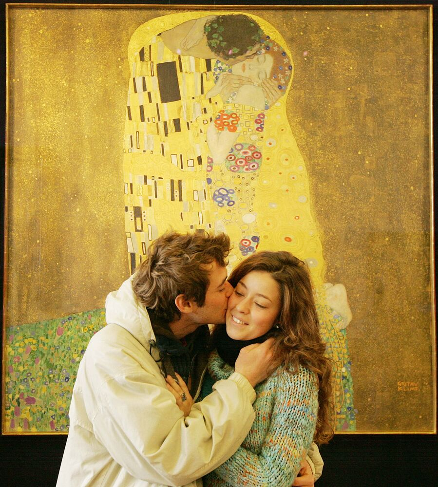 An unidentified visitor to the Belvedere Museum kisses his girlfriend in front of Gustav Klimt's painting Der Kuss (The Kiss) on 24 February 2009 in Vienna.