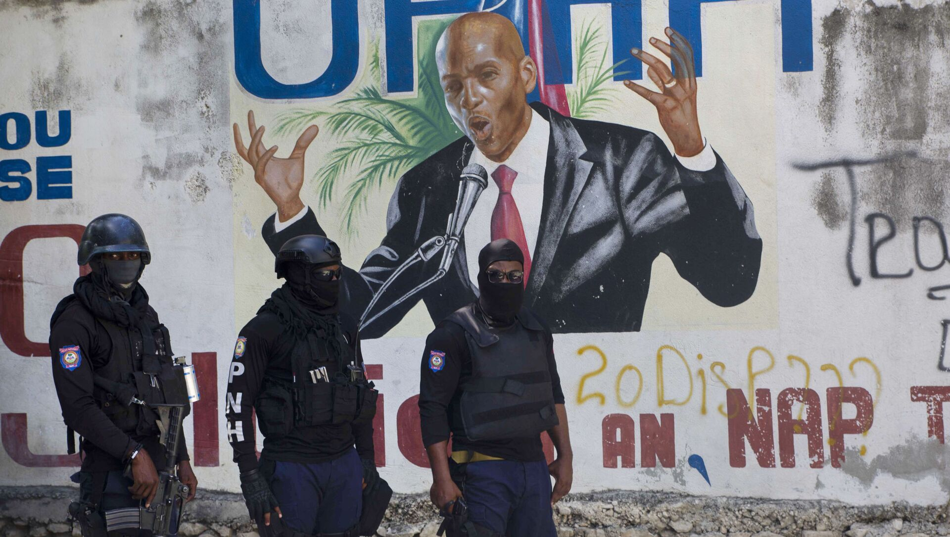 Police stand near a mural featuring Haitian President Jovenel Moise, near the leader's residence where he was killed by gunmen in the early morning hours in Port-au-Prince, Haiti, Wednesday, July 7, 2021. - Sputnik International, 1920, 04.08.2021