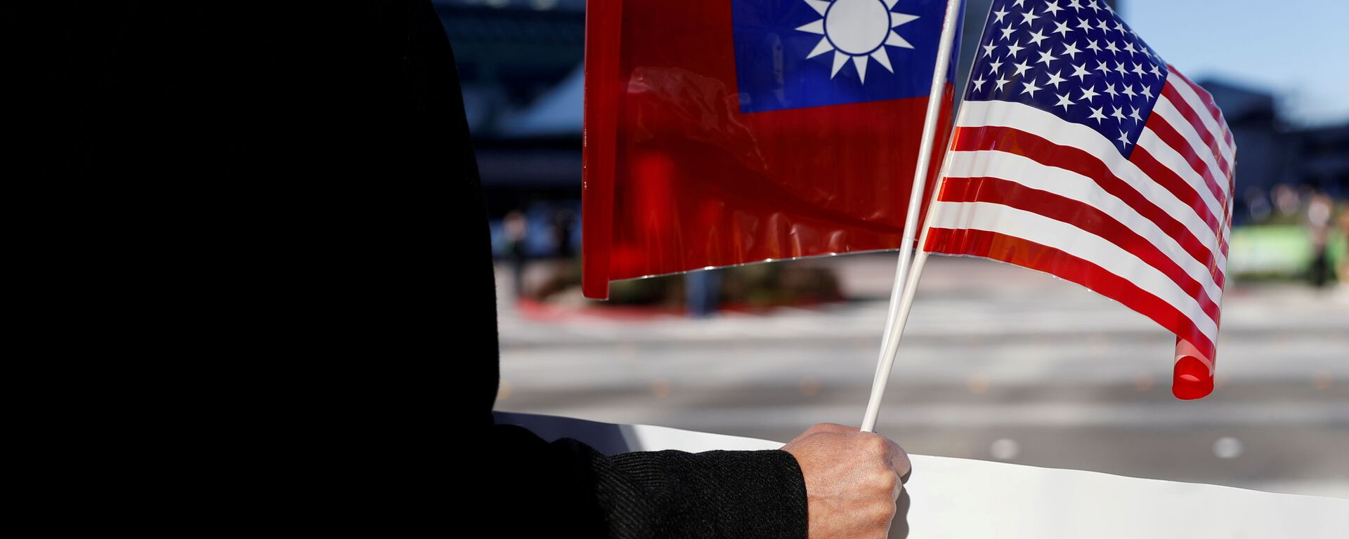 A demonstrator holds flags of Taiwan and the United States in support of Taiwanese President Tsai Ing-wen during an stop-over after her visit to Latin America in Burlingame, California, 14 January 2017. REUTERS/Stephen Lam/File Photo - Sputnik International, 1920, 24.07.2021