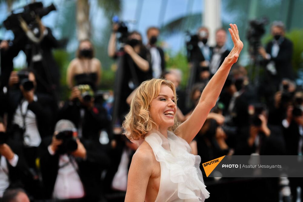 Supermodel and actress Eva Herzigova arrives on the red carpet in an Alberta Ferretti outfit.