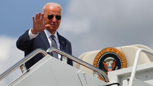 U.S. President Joe Biden waves to the media as he boards Air Force One at Joint Base Andrews in Maryland, U.S., July 9, 2021. - Sputnik International