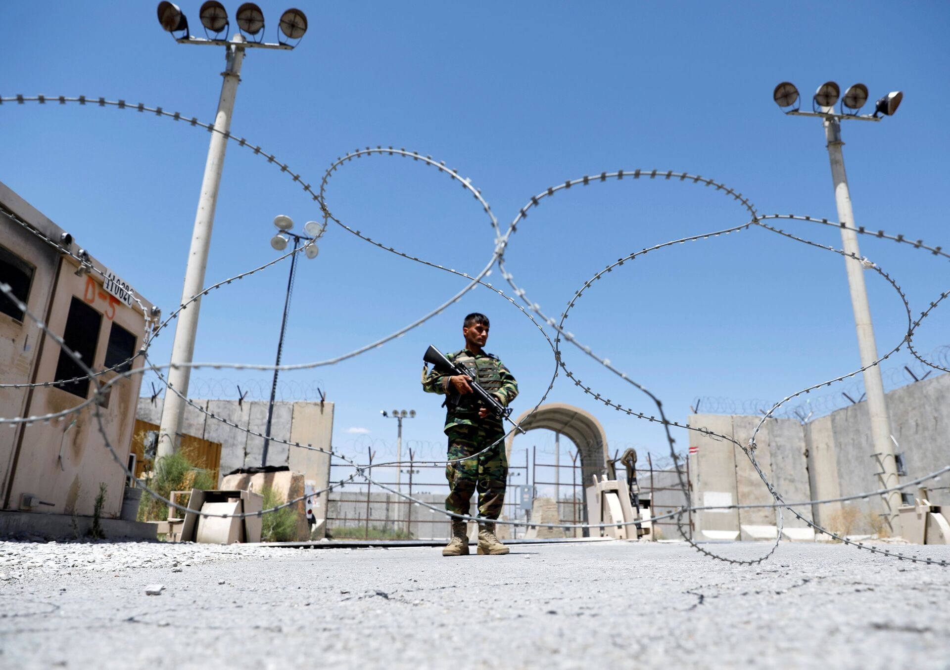 An Afghan National Army soldier stands guard at the gate of Bagram U.S. air base, on the day the last of American troops vacated it, Parwan province, Afghanistan July 2, 2021. - Sputnik International, 1920, 07.09.2021