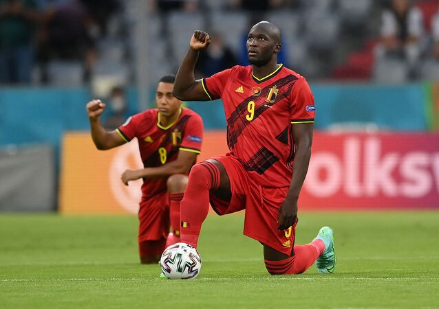 Belgium's forward Romelu Lukaku (R) takes the knee with teammates to protest against racism during the UEFA EURO 2020 quarter-final football match between Belgium and Italy at the Allianz Arena in Munich on July 2, 2021