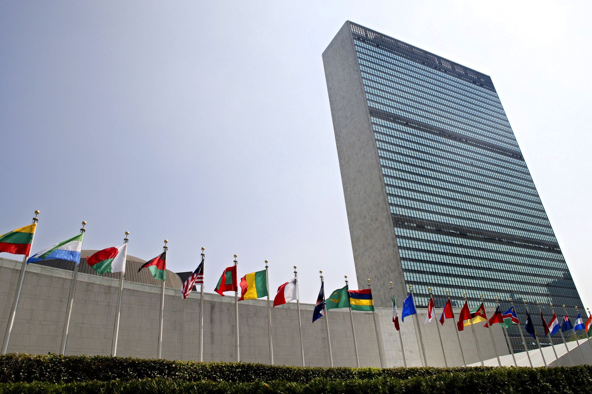 In this Sept. 13, 2005, file photo, the flags of member nations fly outside the General Assembly building at the United Nations headquarters in New York. - Sputnik International, 1920, 07.09.2021