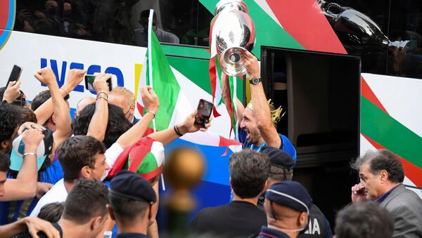 Soccer Football - Euro 2020 -  Rome, Italy - July 12, 2021 - Italy's Giorgio Chiellini exits the bus holding the Euro 2020 cup as the team arrives at the Parco dei Principi hotel after winning the European Championship - Sputnik International