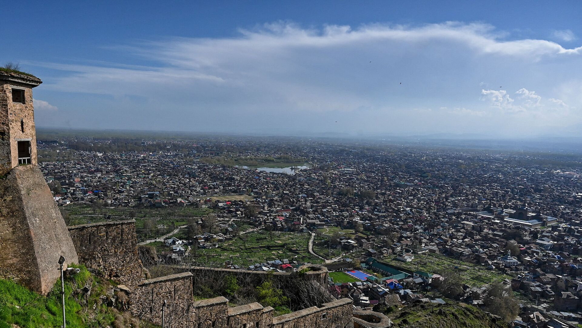 A general view shows the city from Hari Parbat Fort during a government-imposed nationwide lockdown as a preventive measures against the COVID-19 coronavirus, in Srinagar on April 4, 2020 - Sputnik International, 1920, 28.07.2021