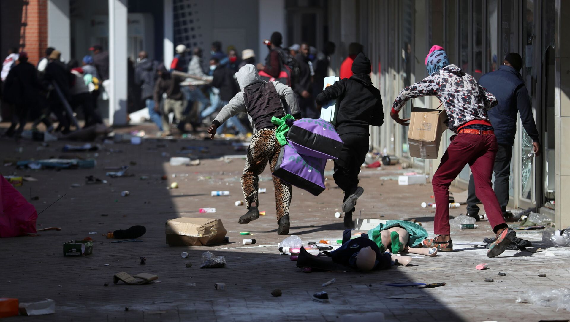 Demonstrators on 12 July 2021 loot stores in Katlehong - about 16 miles south-east of Johannesburg, South Africa - as protests continue in after the imprisonment of former South African President Jacob Zuma. - Sputnik International, 1920, 14.07.2021