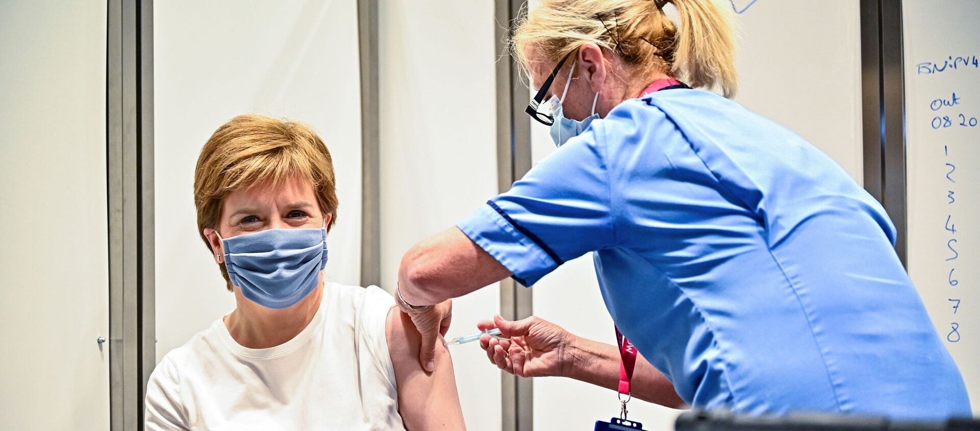 Scottish First Minister Nicola Sturgeon receives her second dose of the COVID-19 vaccine in Glasgow - Sputnik International, 1920