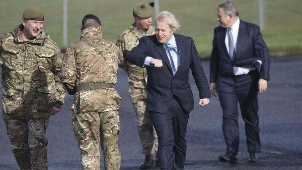 Brandon Lewis accompanies Boris Johnson on a visit to a British armed forces base in Northern Ireland. - Sputnik International