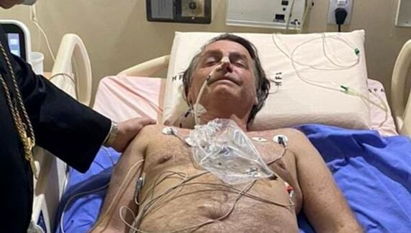 This handout photo obtained from the twitter account of Brazil's President Jair Bolsonaro (@jairbolsonaro), shows Brazil's President Jair Bolsonaro on his hospital bed in Brasilia on July 14, 2021. - Brazil President Jair Bolsonaro was admitted to hospital on Wednesday to investigate the cause of persistent hiccups, the government said. - Sputnik International