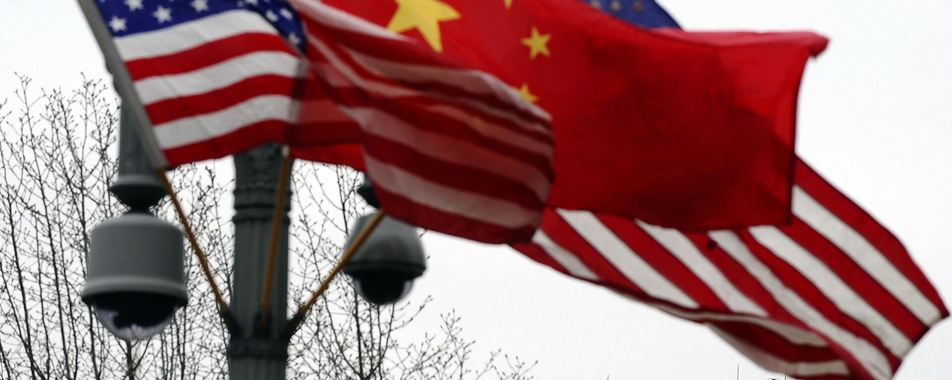 (FILES) In this file photo taken on January 17, 2011, a Secret Service agent guards his post on the roof of the White House as a lamp post is adorned with Chinese and US national flags in Washington, DC - Sputnik International, 1920, 26.07.2021
