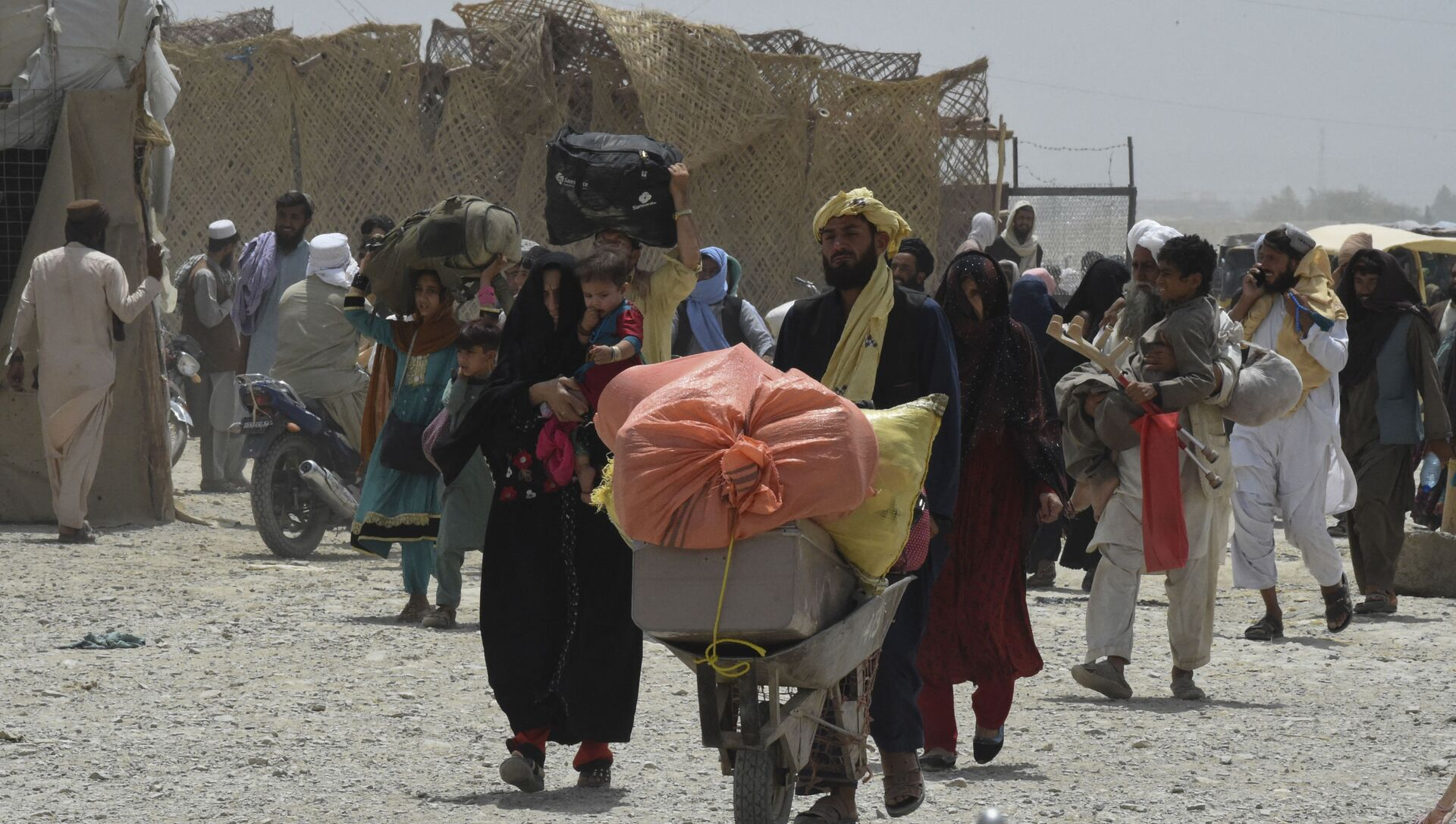 People walk towards a border crossing point in Pakistan's border town of Chaman on July 17, 2021, after Pakistan partially reopened its southern crossing with Afghanistan, shut off since the Taliban seized control of the strategic border town on the other side.  - Sputnik International, 1920, 03.08.2021