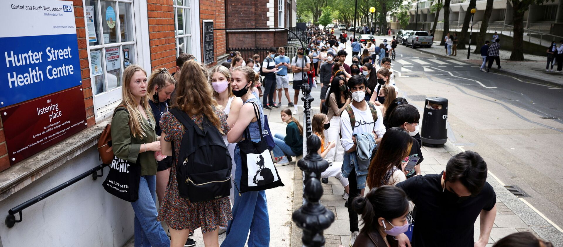 People queue outside a vaccination centre for young people and students at the Hunter Street Health Centre, amid the coronavirus disease (COVID-19) outbreak, in London, Britain, June 5, 2021 - Sputnik International, 1920, 19.07.2021