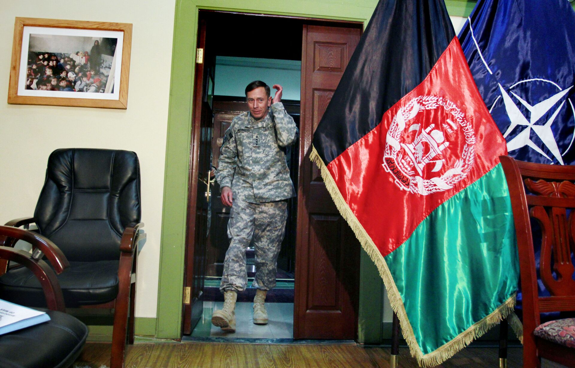 In this Wednesday, March 9, 2011 file photo, Gen. David Petraeus, then top commander of U.S. and NATO forces in Afghanistan, arrives for an interview at the NATO's head quarter in Kabul, Afghanistan. - Sputnik International, 1920, 07.09.2021