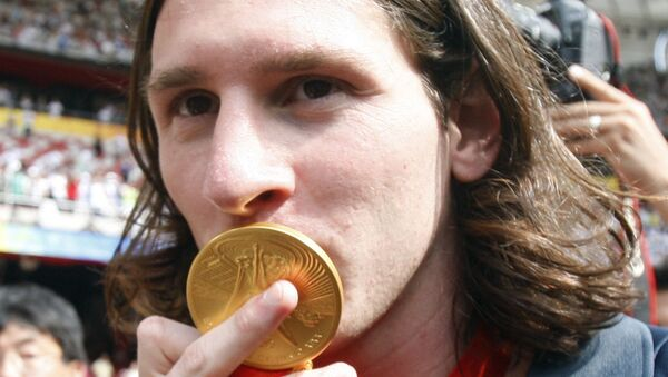 Argentina's Lionel Messi kisses his gold medal after  the men's soccer tournament final between Nigeria and Argentina in the National Stadium at the Beijing 2008 Olympics in Beijing, Saturday, Aug. 23, 2008 - Sputnik International