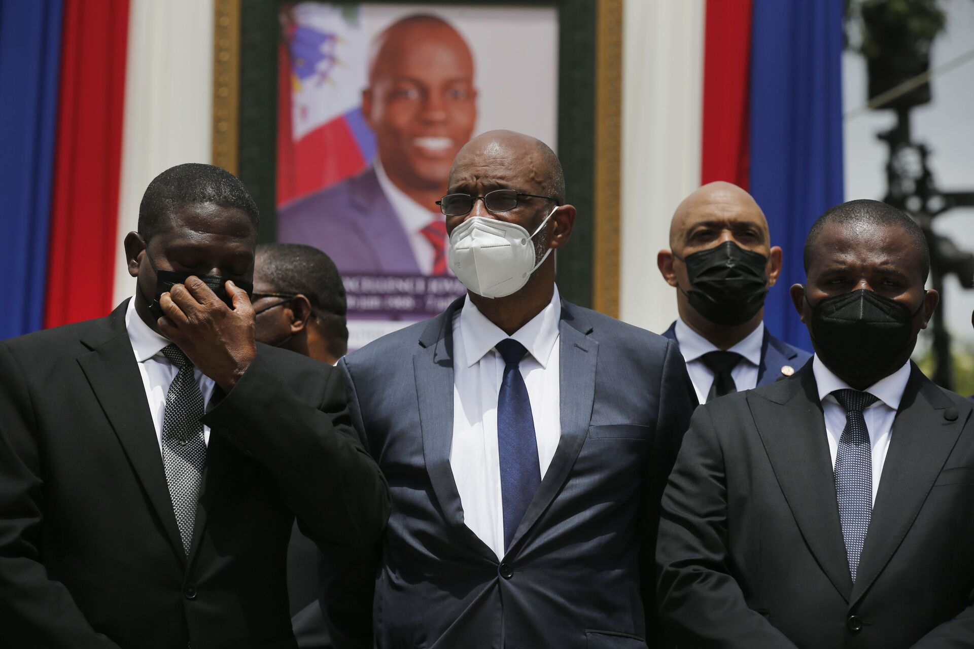 Haiti's designated Prime Minister Ariel Henry, center, and interim Prime Minister Claude Joseph, right, pose for a group photo with other authorities in front of a portrait of late Haitian President Jovenel Moise at at the National Pantheon Museum during a memorial service in Port-au-Prince, Haiti, Tuesday, July 20, 2021. - Sputnik International, 1920, 07.09.2021