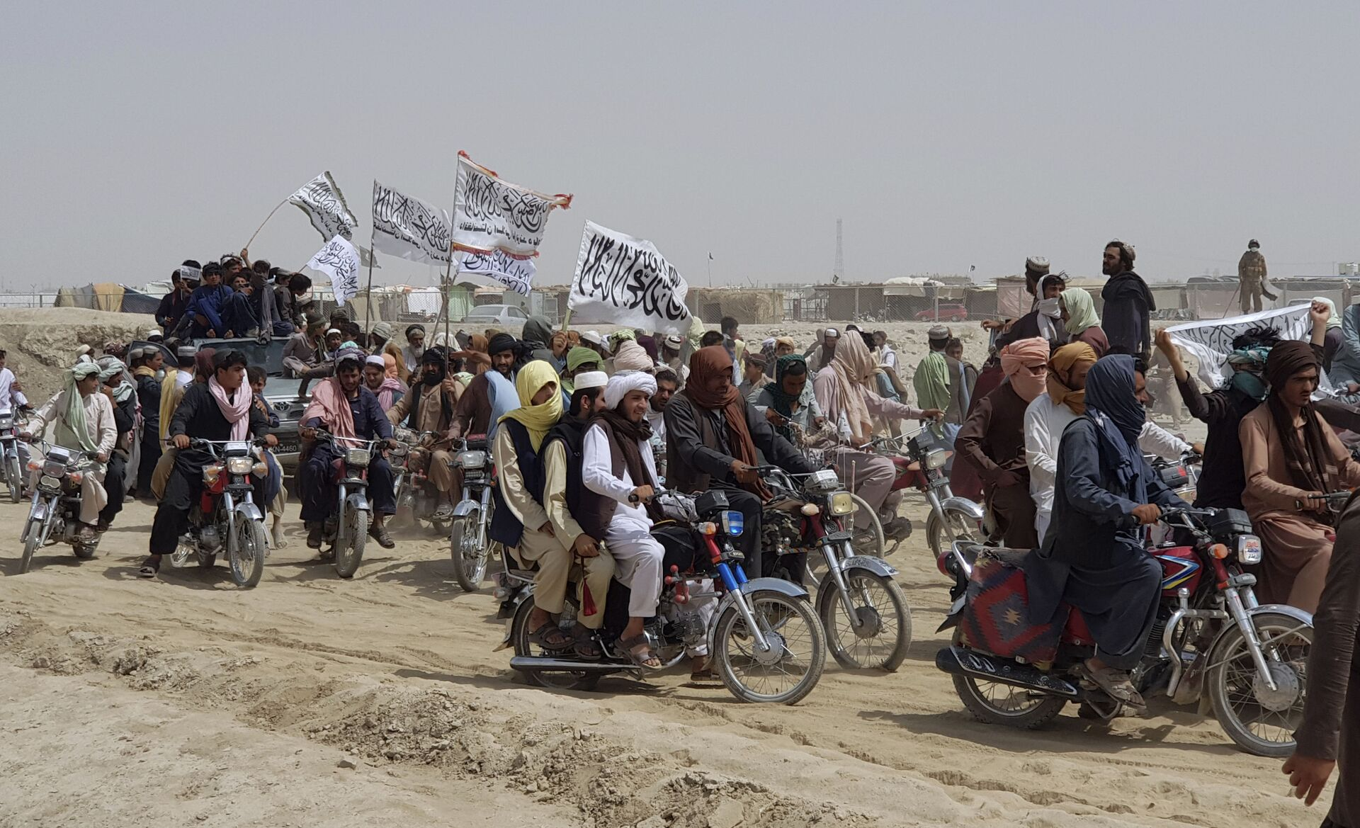 Supporters of the Taliban carry the Taliban's signature white flags in the Afghan-Pakistan border town of Chaman, Pakistan, Wednesday, July 14, 2021 - Sputnik International, 1920, 07.09.2021