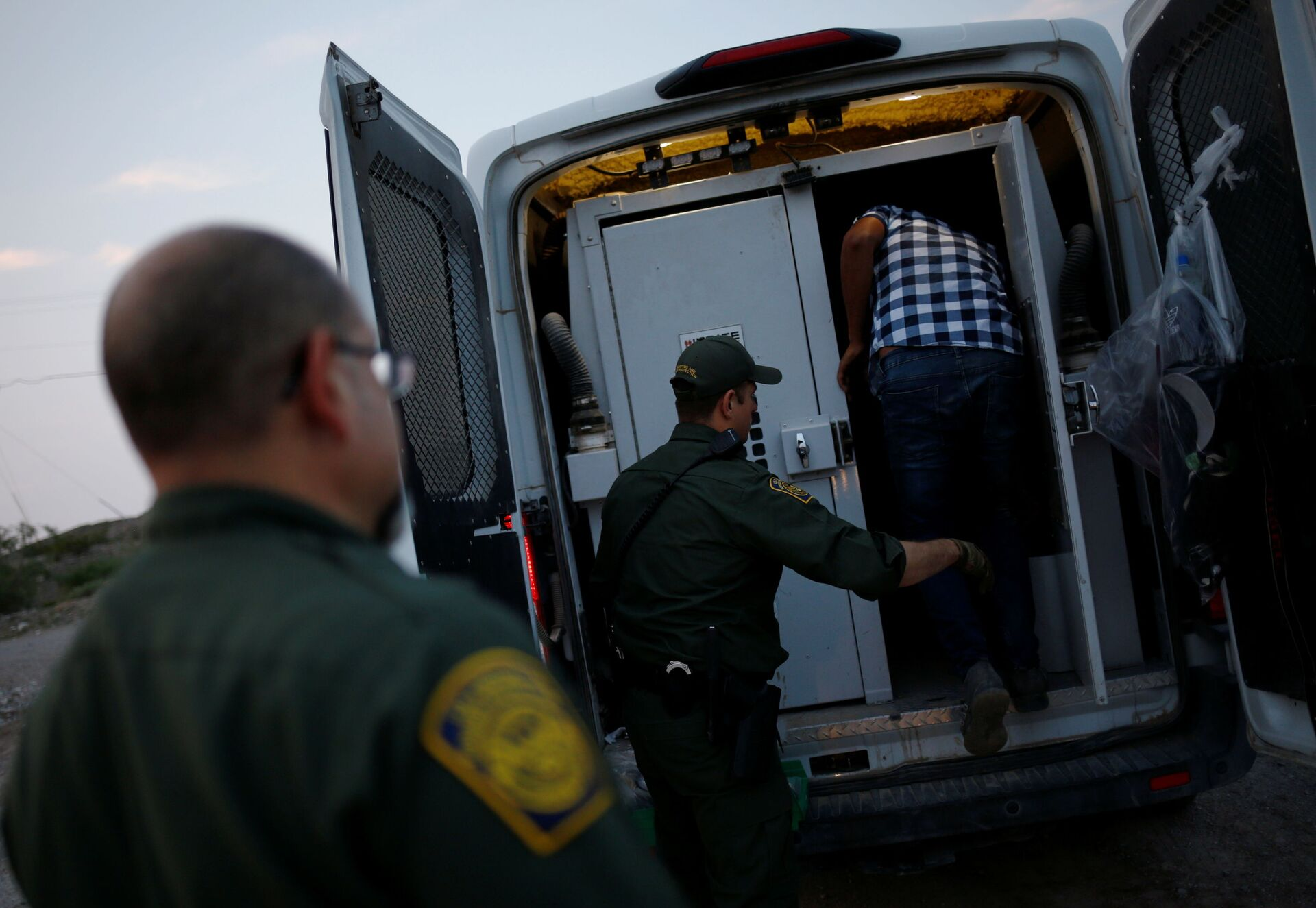 A migrant from Central America is detained by U.S. Border Patrol agents after crossing into the United States from Mexico, in Sunland Park, New Mexico, U.S., July 22, 2021 - Sputnik International, 1920, 07.09.2021