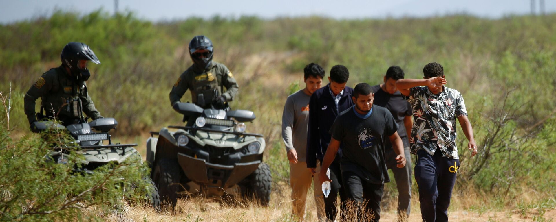 Migrants from Central America are detained by a U.S. Customs and Border Protection (CBP) agent after crossing into the United States from Mexico, in Sunland Park, New Mexico, U.S. July 15, 2021 - Sputnik International, 1920, 01.08.2021