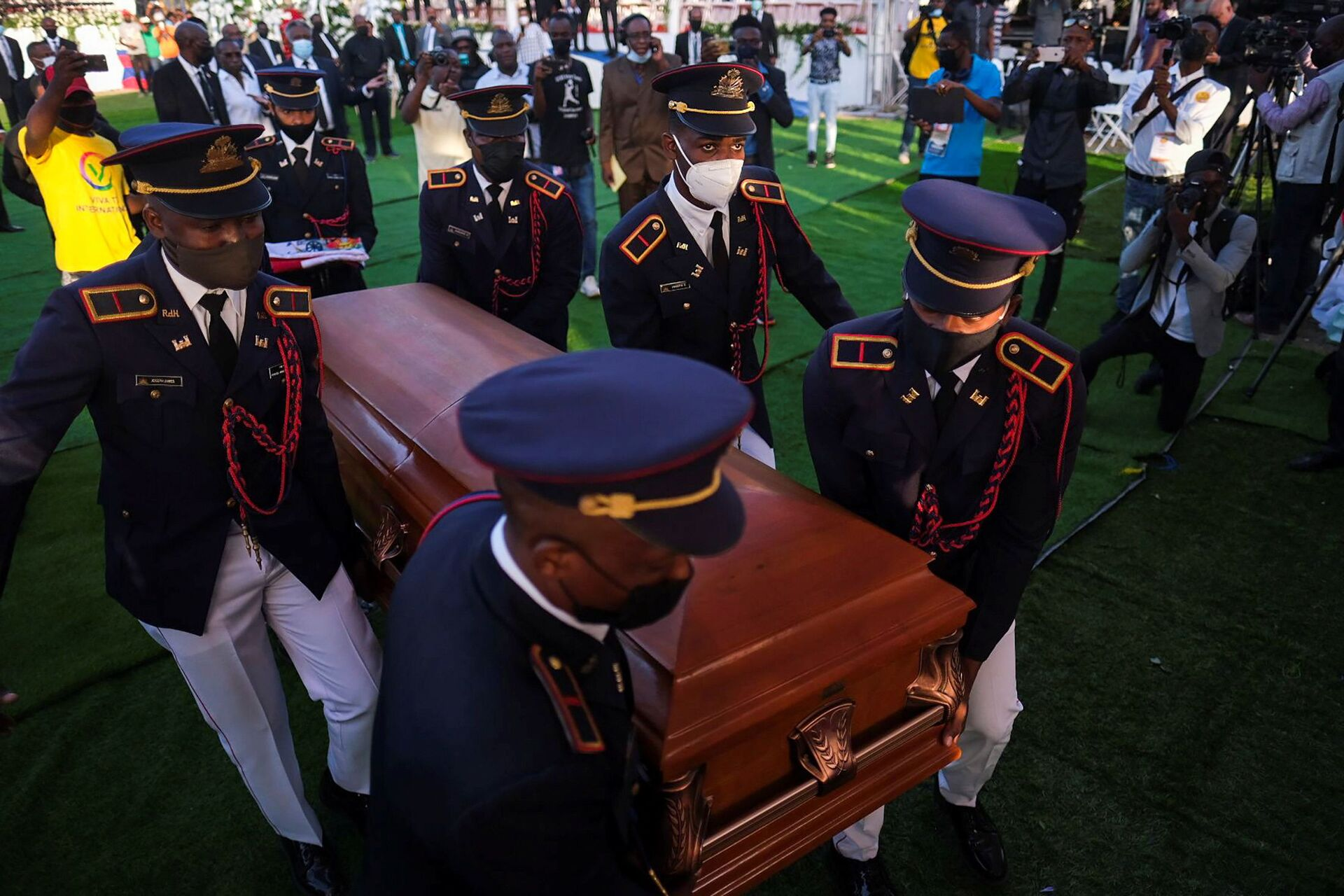 Pallbearers in military attire carry the coffin holding the body of late Haitian President Jovenel Moise after he was shot dead at his home in Port-au-Prince earlier this month, in Cap-Haitien, July 23, 2021. REUTERS/Ricardo Arduengo - Sputnik International, 1920, 07.09.2021