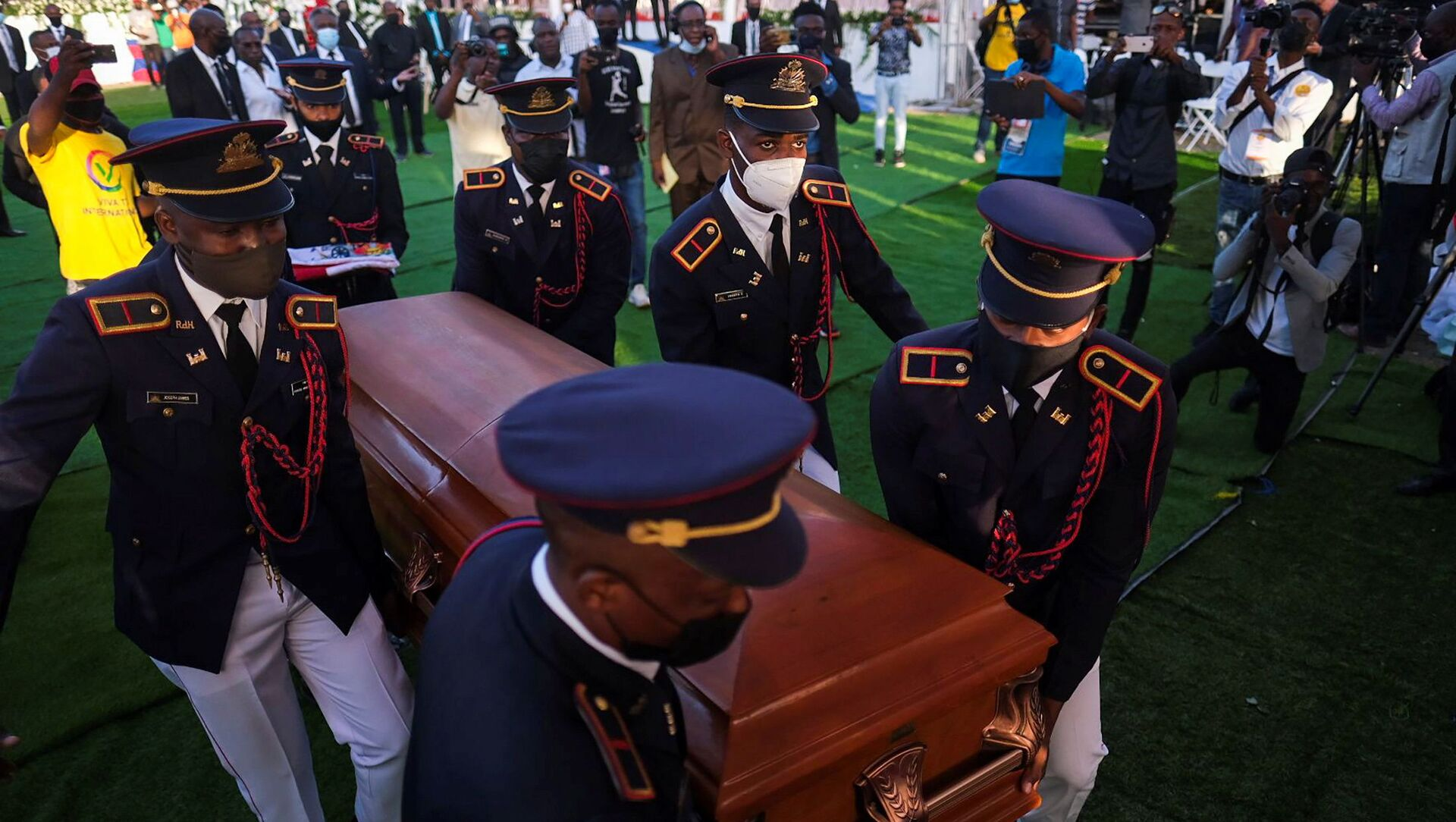 Pallbearers in military attire carry the coffin holding the body of late Haitian President Jovenel Moise after he was shot dead at his home in Port-au-Prince earlier this month, in Cap-Haitien, July 23, 2021. REUTERS/Ricardo Arduengo - Sputnik International, 1920, 23.07.2021