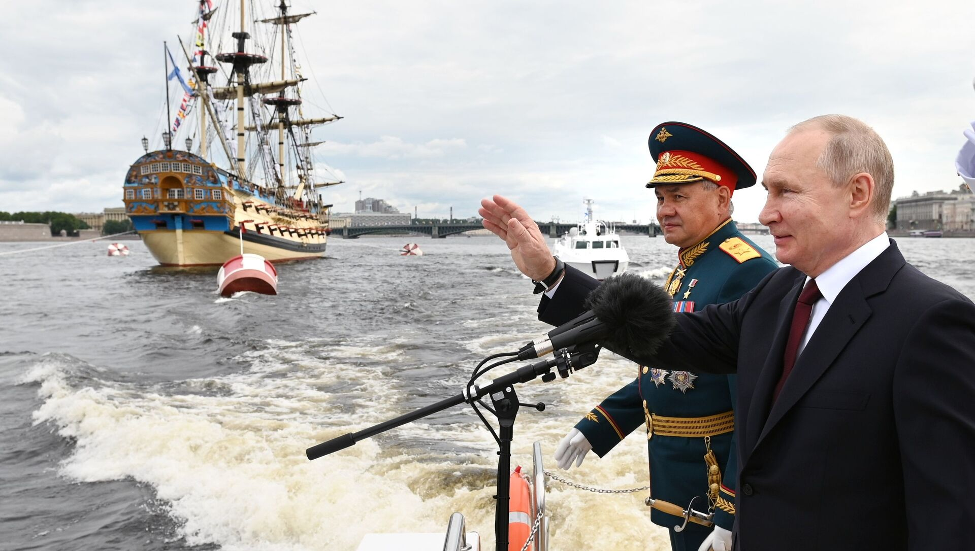 President Vladimir Putin attends the parade in St. Petersburg on the 325th anniversary of the Russian Navy, 25 July 2021 - Sputnik International, 1920, 25.07.2021