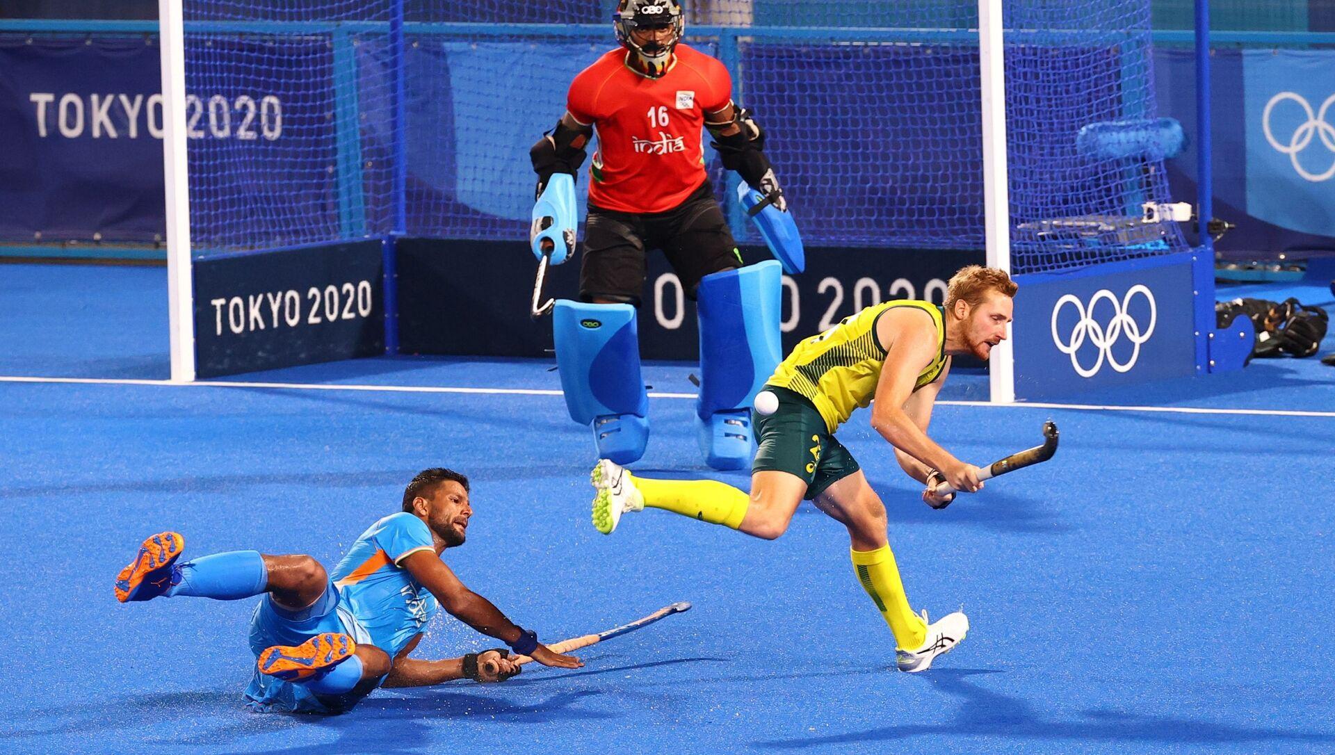 Tokyo 2020 Olympics - Hockey - Men's Pool A - India v Australia - Oi Hockey Stadium, Tokyo, Japan - July 25, 2021. Rupinder Pal Singh of India in action with Daniel Beale of Australia. REUTERS/Bernadett Szabo - Sputnik International, 1920, 25.07.2021