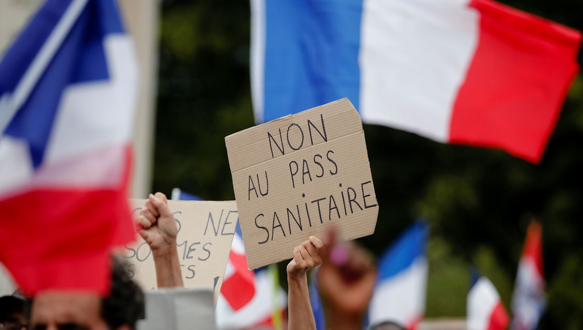 A protester holds a placard that reads No to the health passport during a demonstration called by the French nationalist party Les Patriotes (The Patriots) against France's restrictions to fight the coronavirus disease (COVID-19) outbreak, on the Droits de l'Homme (human rights) esplanade at the Trocadero Square in Paris, France, July 24, 2021.  - Sputnik International, 1920, 25.07.2021