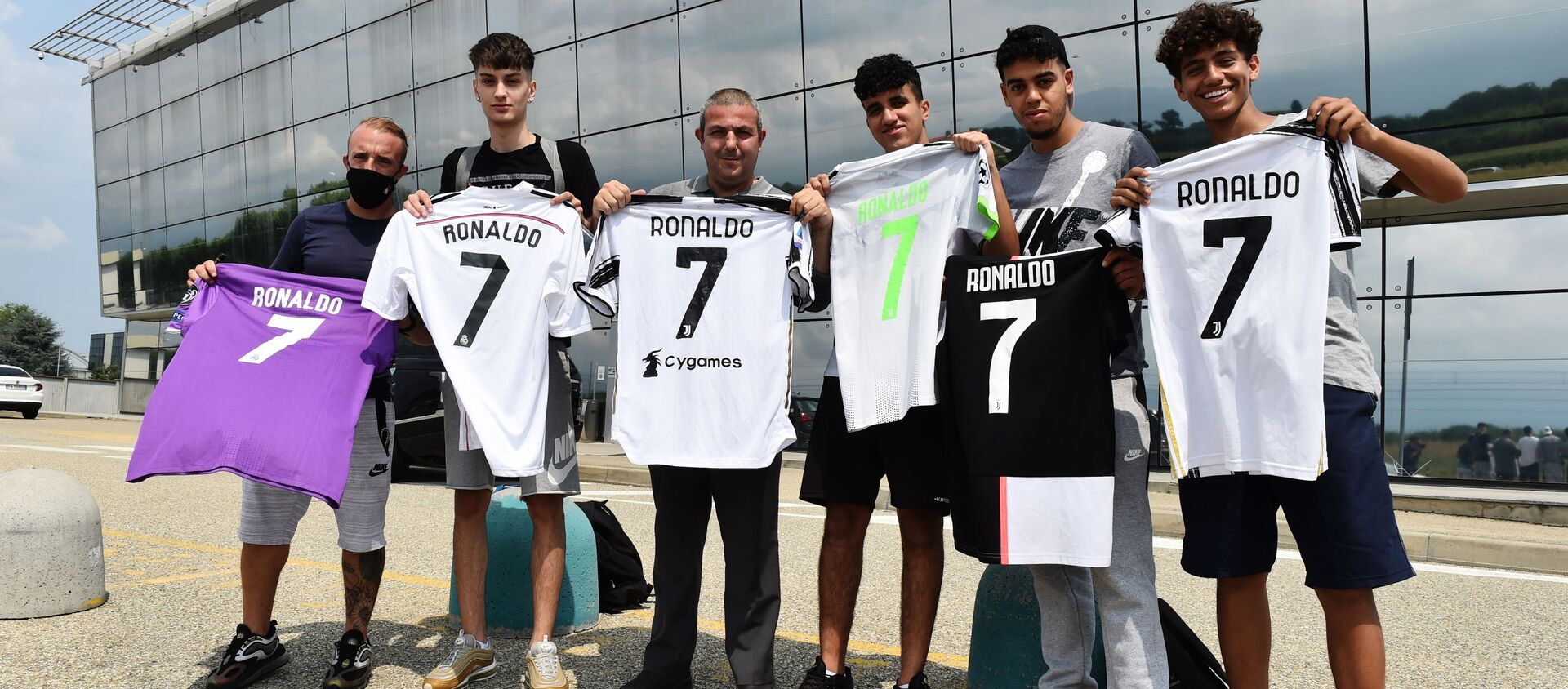 Turin-Caselle Airport, Turin, Italy - July 25, 2021 Juventus' fans display shirts with Cristiano Ronaldo's name outside Turin-Caselle Airport before he arrives - Sputnik International, 1920, 25.07.2021