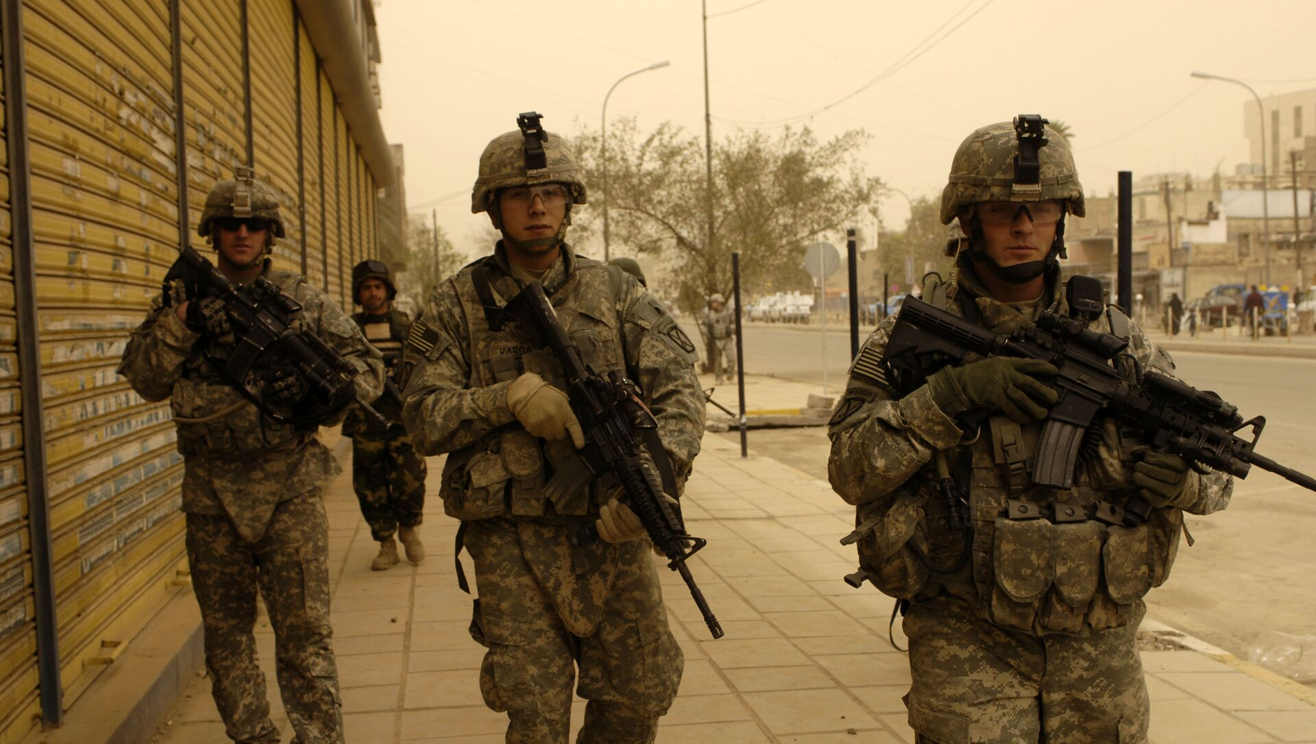 U.S. Army Soldiers assigned to 5th Battalion, 25th Field Artillery Regiment, 4th Brigade Combat Team, 10th Mountain Division, Iraqi National Police from 3rd Battalion, 1st Brigade Combat Team, 1st Division and Iraqi army soldiers conduct a search mission for illegal firearms and improvised explosive device caches in Baghdad, Iraq, March 15, 2008. - Sputnik International, 1920, 26.07.2021