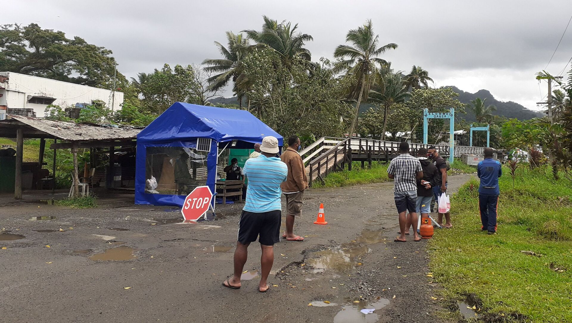Family members wait at the entrance to a village settlement to deliver food to relatives that are in lockdown as an outbreak of the coronavirus disease (COVID-19) affects Lami, Fiji, June 26, 2021.  - Sputnik International, 1920, 26.07.2021