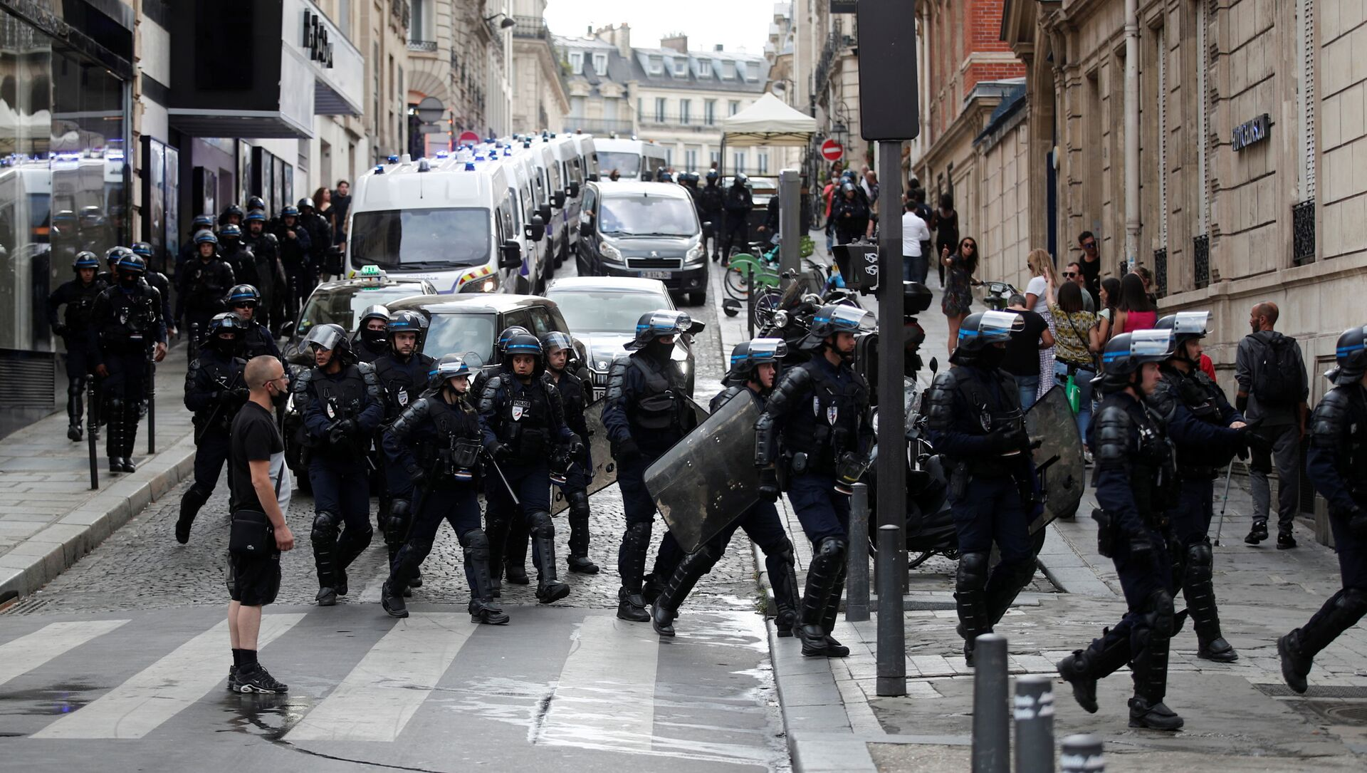 Police forces walk on the Champs Elysees Avenue after clashes on the sidelines of a demonstration against France's restrictions to fight the coronavirus disease (COVID-19) outbreak, in Paris, France, July 24, 2021.  - Sputnik International, 1920, 26.07.2021