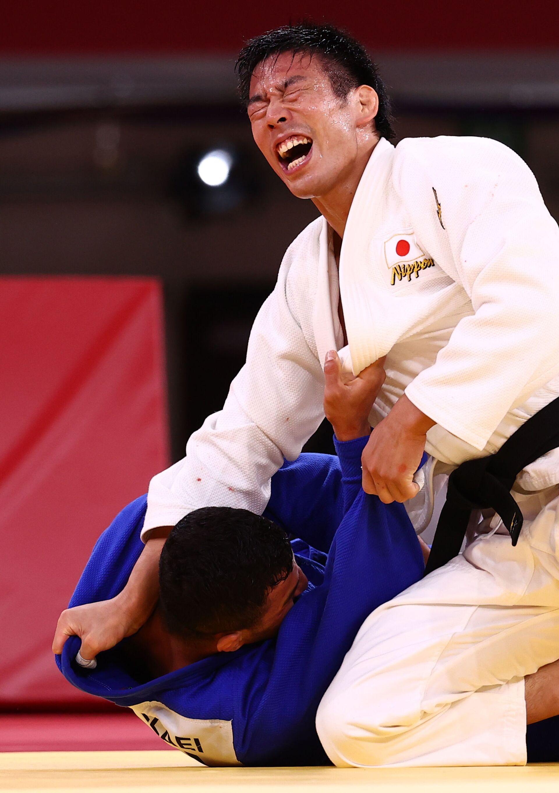 Takanori Nagase of Japan reacts after winning gold against Saeid Mollaei of Mongolia - Sputnik International, 1920, 07.09.2021