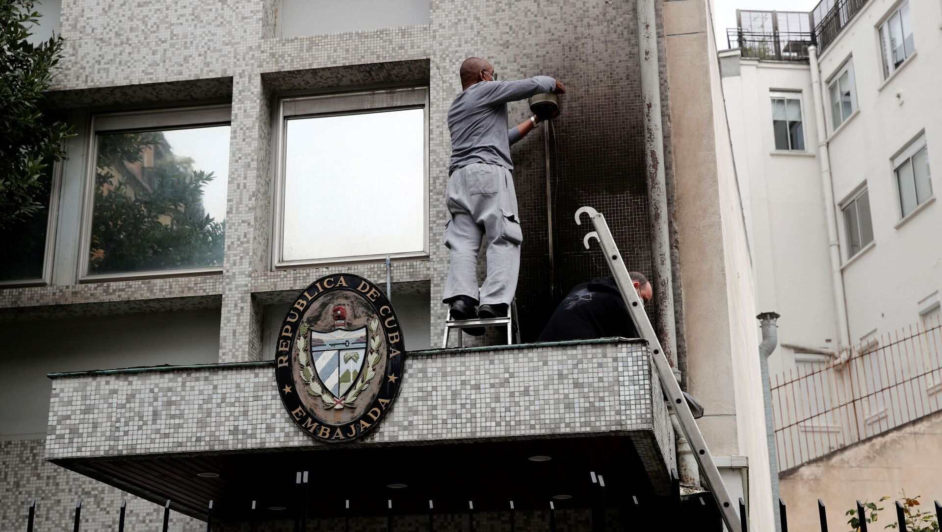 Experts inspect the damage at the Cuban embassy following an overnight petrol bomb attack on its building, in Paris, France July 27, 2021.  - Sputnik International, 1920, 27.07.2021