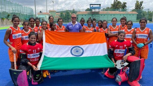 Sjoerd Marijne with Indian women hockey team - Sputnik International