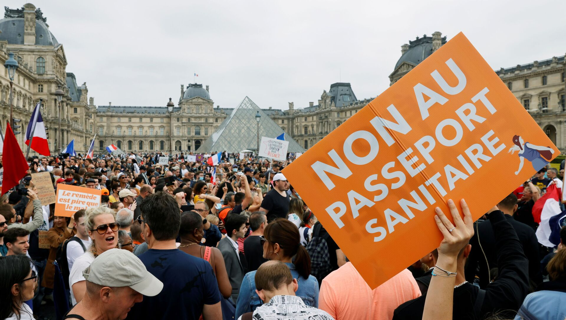 Demonstrators attend a protest against the new measures announced by French President Emmanuel Macron to fight the coronavirus disease (COVID-19) outbreak, in Paris, France, July 17, 2021. - Sputnik International, 1920, 28.07.2021