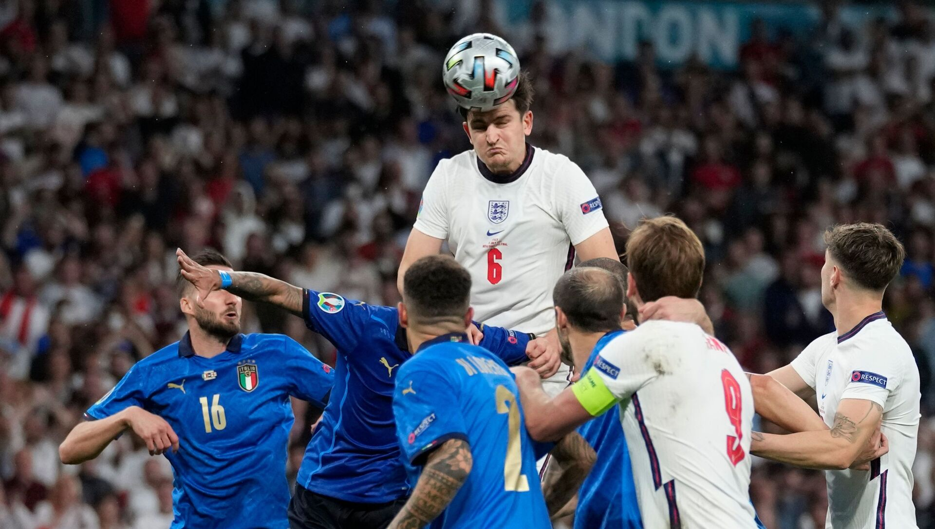 Harry Maguire heads the ball for England against Italy in Euro 2020 final - Sputnik International, 1920, 29.07.2021
