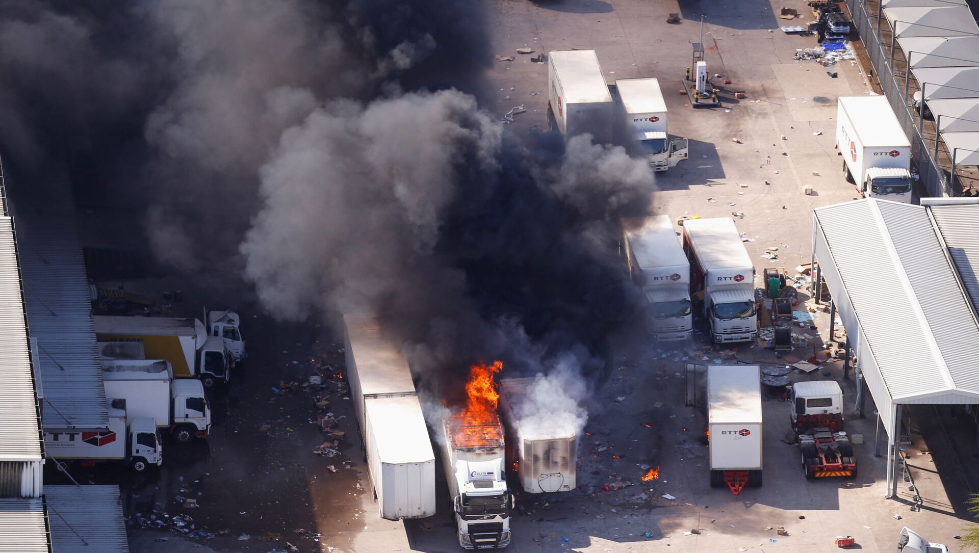 A general view of burning trucks after violence erupted following the jailing of former South African President Jacob Zuma, in Durban, South Africa, July 14, 2021 - Sputnik International, 1920, 29.07.2021