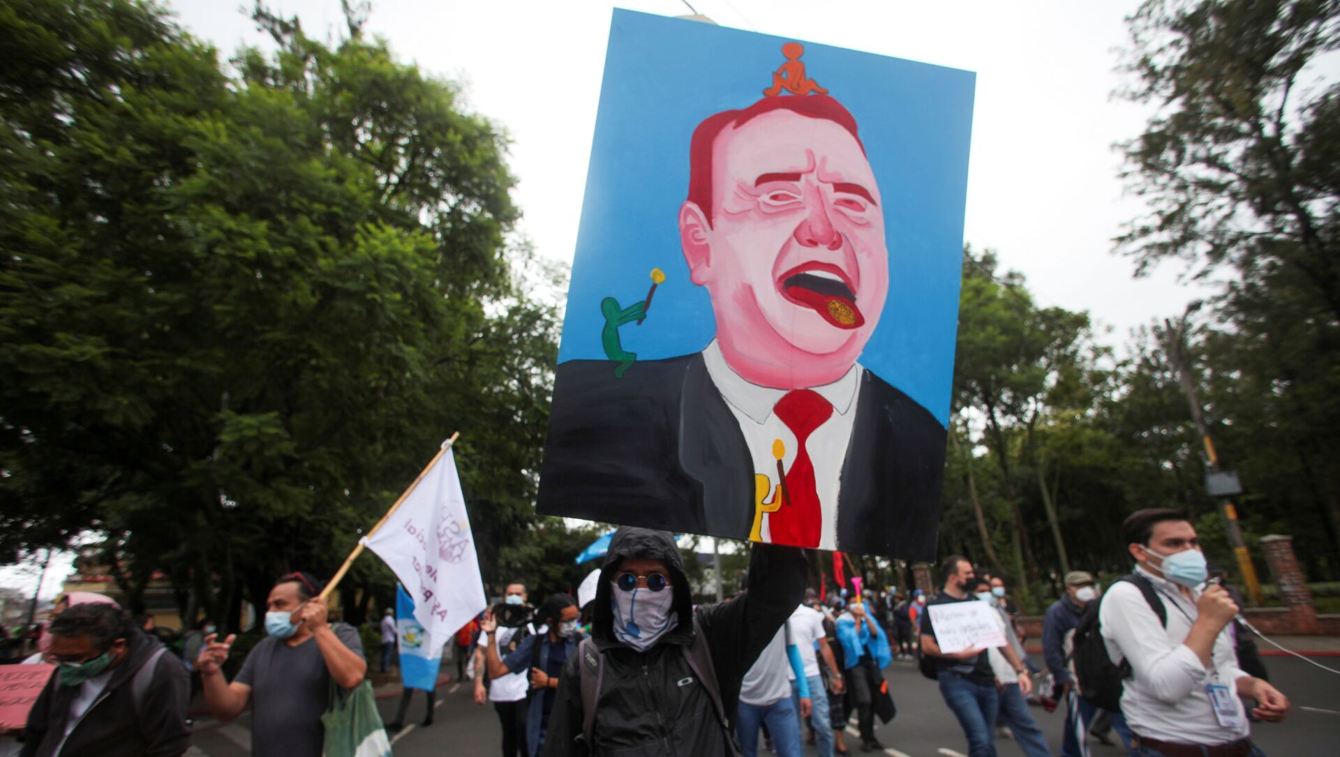 A demonstrator holds up a painting of Guatemalan President Alejandro Giammattei during a protest to demand the resignation of Giammattei and Attorney General Maria Porras, in Guatemala City, Guatemala July 29, 2021 - Sputnik International, 1920, 30.07.2021
