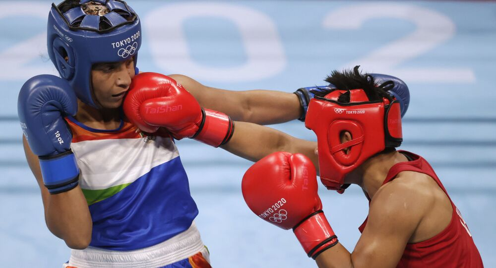 Tokyo 2020 Olympics - Boxing - Women's Lightweight - Last 16 - Kokugikan Arena - Tokyo, Japan - July 30, 2021. Simranjit Kaur Baatth of India and Sudaporn Seesondee of Thailand in action.